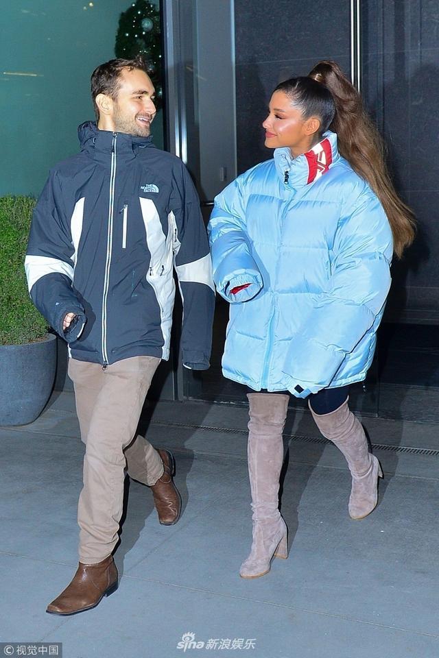 新浪娱乐讯 当地时间2018年12月5日,美国纽约,女星爱莉安娜·格兰德(Ariana Grande)和男伴现身街头。她身穿蓝色羽绒服搭配长筒靴,和男性友人一路有说有笑似乎已走出情伤。视觉中国/图