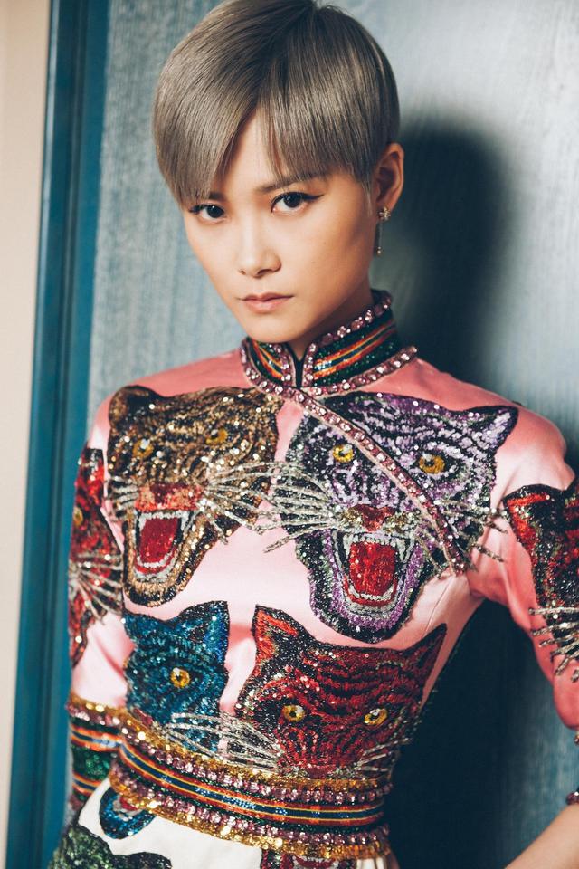新浪娱乐讯 法国当地时间5月19日晚,李宇春即将亮相戛纳电影节电影《玉子》的首映,她身穿多色猫图案旗袍式拼接长裙亮相。