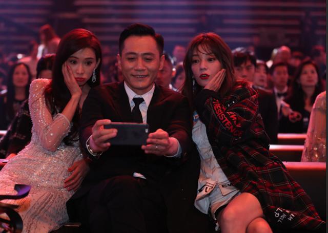 新浪娱乐讯 1月11日晚,2018新浪微博之夜在北京举行,群星闪耀亮相。新浪娱乐进行全程微博、视频、图文直播。图为群星内场同框。图/王远宏和宫德辉。