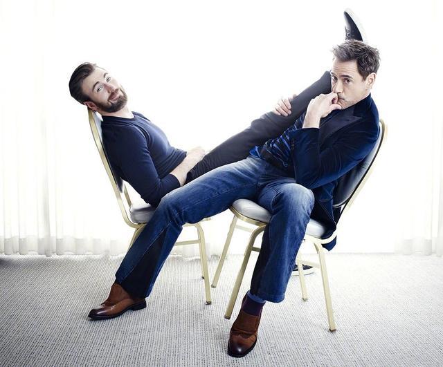 新浪娱乐讯 近日小罗伯特·唐尼和克里斯·埃文斯拍的一组旧写真曝光,两人坐板凳摆出各种有趣姿势,神仙拍照美如画!