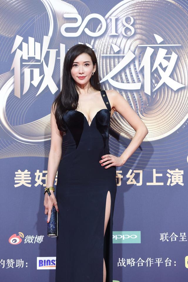 新浪娱乐讯 1月11日晚,2018新浪微博之夜在北京举行,群星闪耀亮相。新浪娱乐进行全程微博、视频、图文直播。图为林志玲穿黑色高开叉长裙亮相。图/王远宏和宫德辉。
