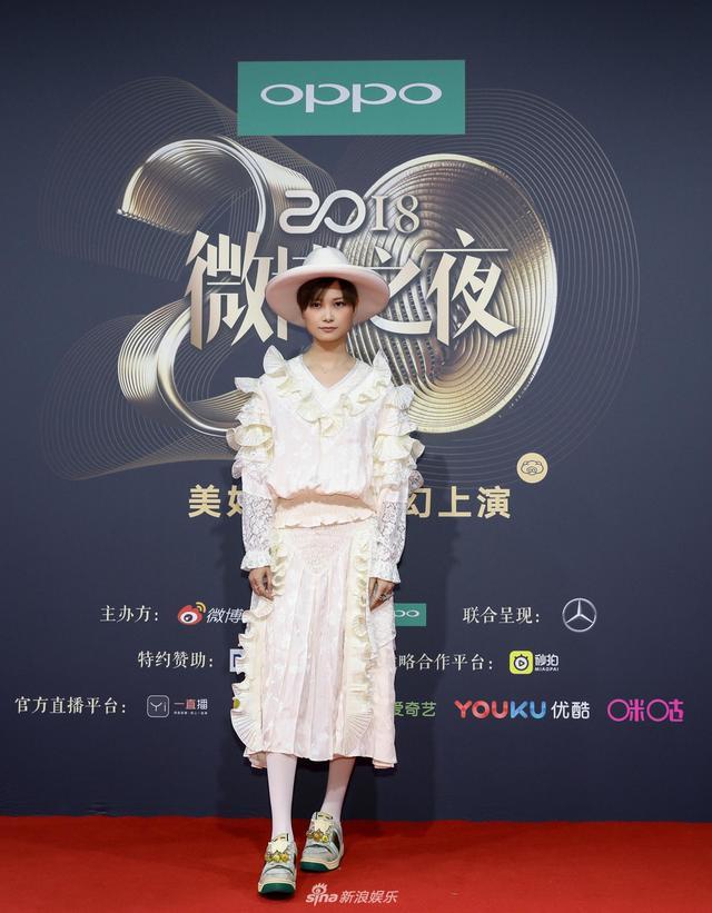 新浪娱乐讯 1月11日晚,2018新浪微博之夜在北京举行,群星闪耀亮相。新浪娱乐进行全程微博、视频、图文直播。李宇春亮相微博之夜红毯,戴粉色礼帽配蕾丝裙演绎复古宫廷风。宫德辉、王远宏/图