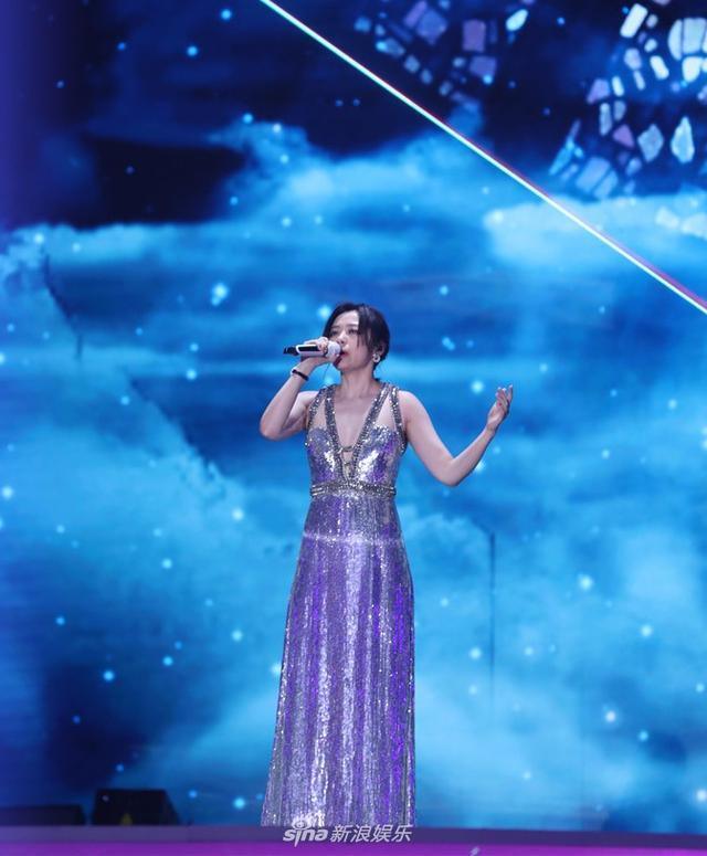 新浪娱乐讯 1月11日晚,2018新浪微博之夜在北京举行,群星闪耀亮相。新浪娱乐进行全程微博、视频、图文直播。张靓颖获得微博年度影响力歌手,穿紫色亮片长裙性感献唱。宫德辉、王远宏/图
