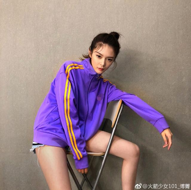 """新浪娱乐讯 10月12日,傅菁在微博晒出一组美图,并配文:""""这组图终于可以名正言顺的发出来了~差点忘了。""""照片中,她穿着紫色运动上衣表情冷酷造型帅,大玩下衣失踪秀修长美腿。"""