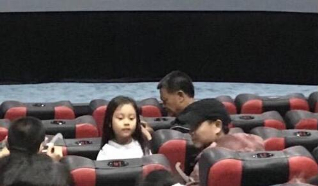 新浪娱乐讯 28日,有网友晒出偶遇贾乃亮和甜馨看电影的照片。画面中,小甜馨身穿浅色上衣,坐在位置上往后看,嘴巴嘟着看起来十分可爱。左边正在摆弄眼镜的男子疑似是贾乃亮,此外还有一名长发女子陪同。