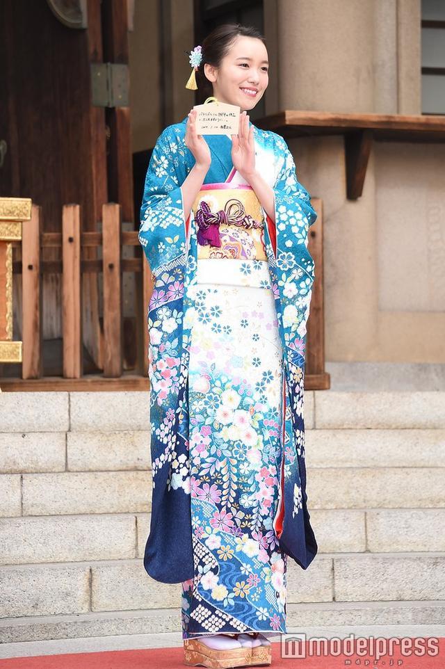 新浪娱乐讯 女星饭丰万理江进行新春拜贺,露额头被夸赞美人。