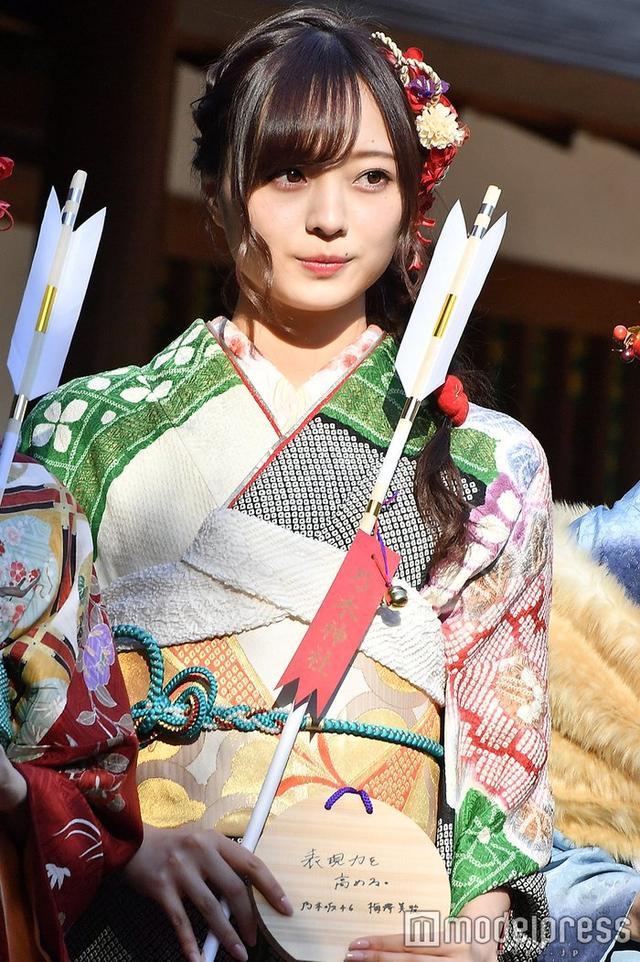 新浪娱乐讯 乃木坂46成员梅泽美波出席成人式,绿色装扮格外显眼。