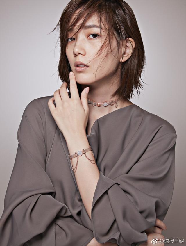 新浪娱乐讯 本田翼日前拍摄某品牌写真,成熟气质展现独特魅力。