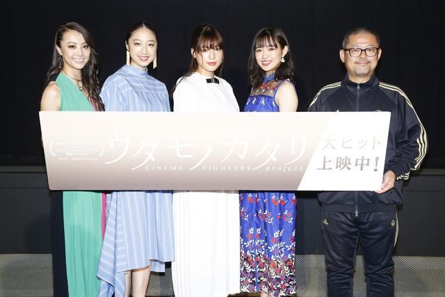 新浪娱乐讯 电影《Kuu》于7月8日在东京举办了公开纪念舞台问候。演员石井杏奈、山口乃乃华、坂东希、导演平林勇、演唱主题曲的DANCE EARTH PARTY成员Dream Shizuka登场。