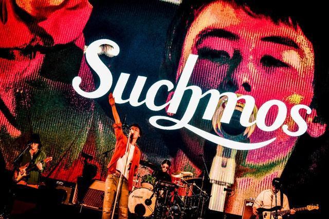 """新浪娱乐讯 日本乐队Suchmos于11月24、25日在神奈川横滨体育馆举办了单独公演""""Suchmos THE LIVE YOKOHAMA""""。这是乐团初次在横滨体育馆举办的单独Live,2天的公演票全数售完,共计25000人到场观看。"""