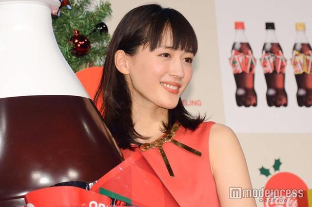 新浪娱乐讯 绫濑遥5日出席东京某品牌活动,穿红色礼服露美背。
