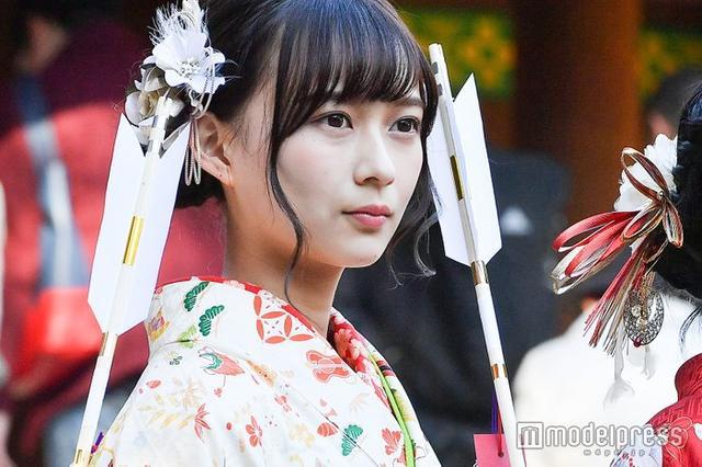新浪娱乐讯 乃木坂46铃木绚音出席成人礼,微微一笑显冷峻气质。