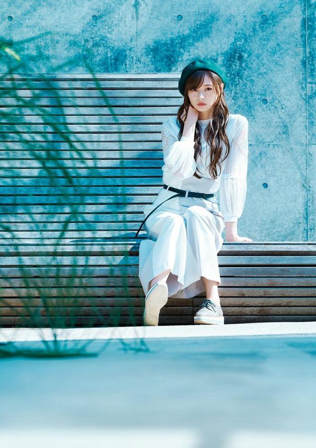 新浪娱乐讯 乃木坂46成员梅泽美波代官山街拍,蓝色色调清新帅气。