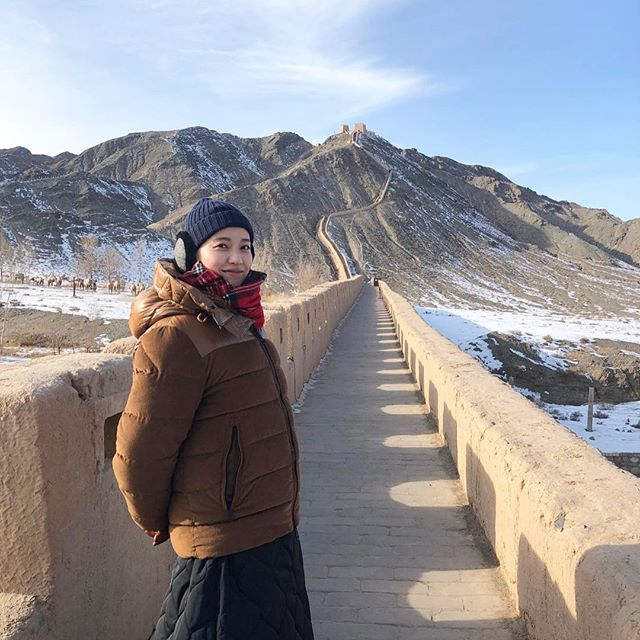 新浪娱乐讯 户田惠梨香年初来到中国西安拍摄节目,工作室陆续在SNS上放出了拍摄花絮,她穿着厚实在当地体验射箭、蘸水在地上写毛笔字等活动。