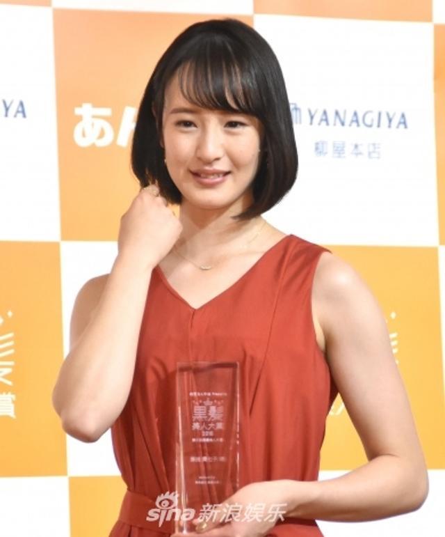 新浪娱乐讯 JRA骑手藤田菜七子获黑发美人大奖,川岛海荷作为颁奖人亮相活动现场。