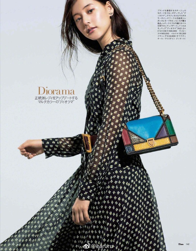 新浪娱乐讯 新木优子日前登《25ans》杂志11月号内页,优雅演示名包搭配。