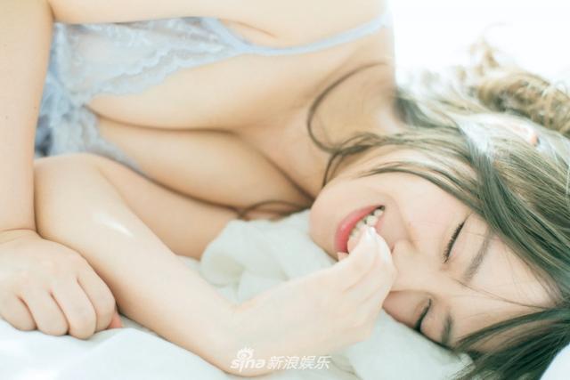 新浪娱乐讯 前NMB48山田菜菜将以4月为起点发行2018年历,年历写真的睡颜照得到曝光,超可爱!