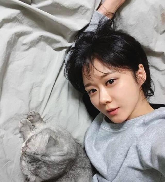 新浪娱乐讯 近日曝光一组张娜拉近照,照片中37岁的张娜拉皮肤白嫩似邻家少女,五官精致,大眼灵动有神,嘟嘴卖萌,十分可爱清纯。据悉,韩国女星张娜拉2001年发行首张专辑《First Story》以歌手身份正式踏入演艺圈,2004年开始工作重心逐渐转向中国,今年已37岁。