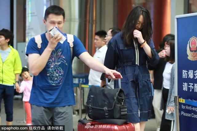 新浪娱乐讯  2018年6月13日,北京,惠若琪和老公现身北京机场,深蓝条纹长衫显气质,高挑身材长发飘飘走路带风,高挑身材完美抢镜。