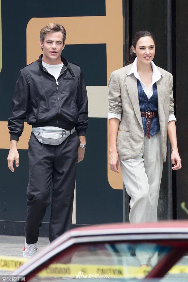 """新浪娱乐讯  当地时间2018年6月13日,美国亚历山大市,正在热拍的电影《神奇女侠2》首波片场照曝光。 盖尔·加朵扮演的神奇女侠和克里斯·派恩扮演的史蒂夫·特雷弗同框,两人在片场散步热聊有说有笑。据悉,续集设定在1984年,难道是""""复活""""的史蒂夫以不老的形象穿越到了1984年?(图文:视觉中国)"""