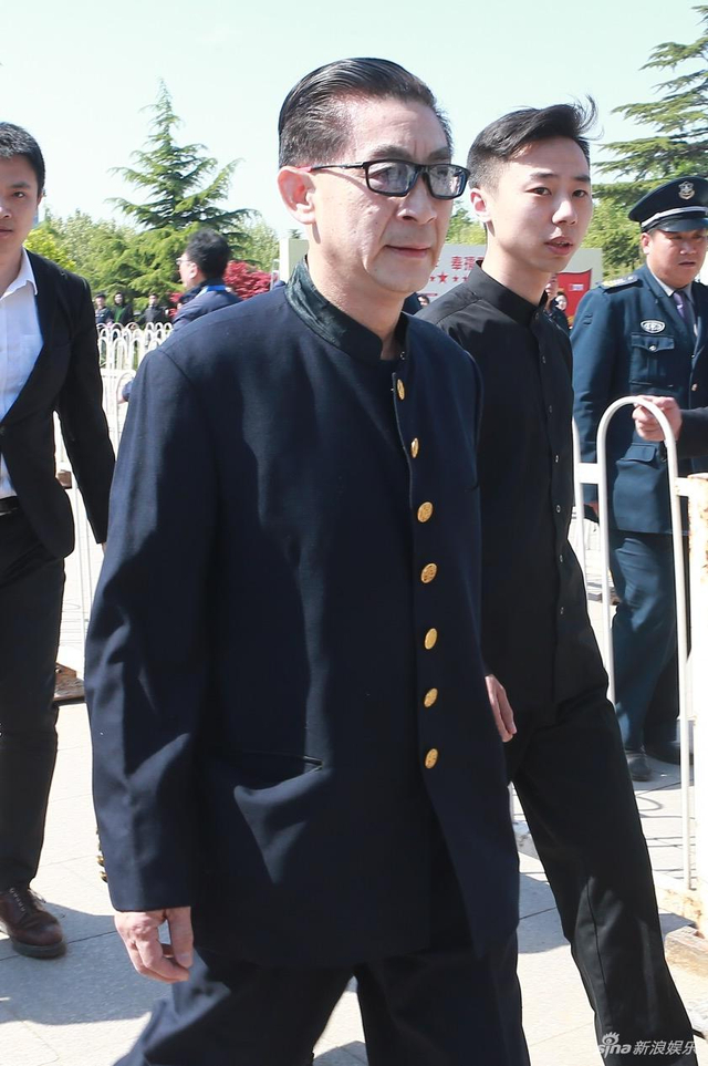4月21日,杨洁导演的告别会在北京八宝山举行。《西游记》中众演员纷纷现身,扮演孙悟空的六小龄童,扮演白龙马的王伯昭等皆一身黑衣现身,送别杨洁导演。(王远宏/摄影)