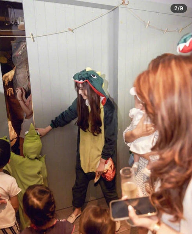 新浪娱乐讯  6月13日,吴佩慈在社交网络晒出为三胎儿子庆生的照片,只见照片中吴佩慈和男友纪晓波都身着恐龙玩偶衣服,显得童趣十足,而纪晓波的妈妈和吴佩慈的妈妈也参加了此次聚会并合照。
