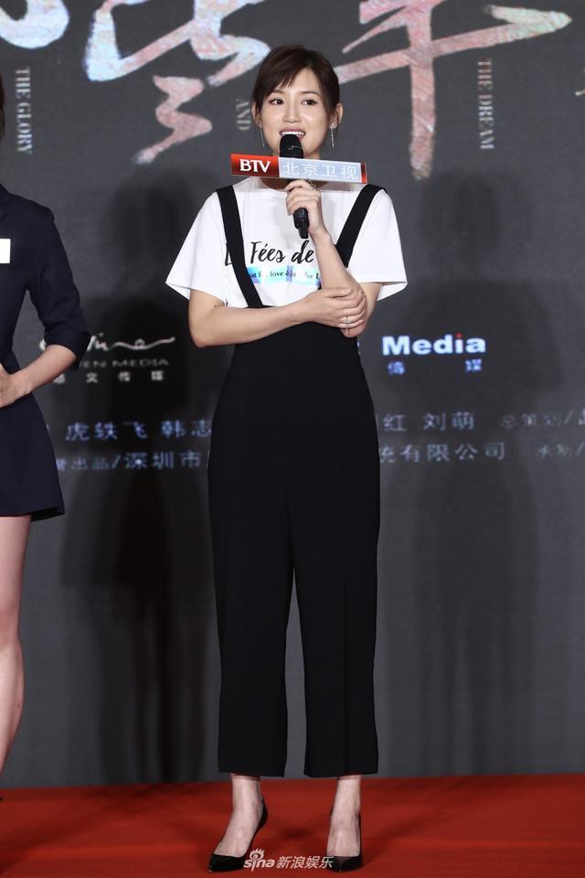 新浪娱乐讯 近日,电视剧《那些年,我们正年轻》在北京举办开播发布会,主演苏青、杨烁、练练等悉数出席。苏青当天穿了一条黑色背带长裤,显得身材比例很好,胸部以下全是腿。