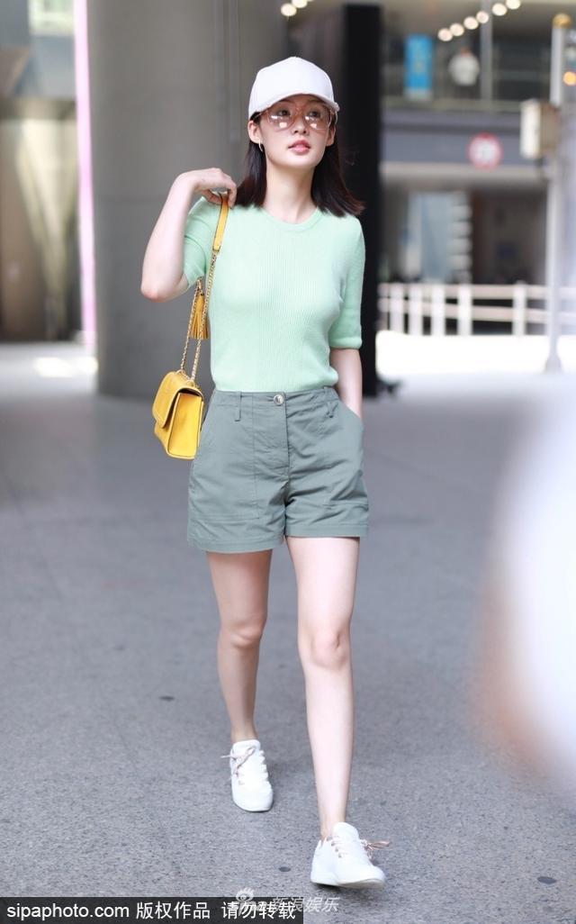 新浪娱乐讯 2018年6月14日,李沁现身北京机场,只见她戴着小白帽,身穿淡绿衫和军绿色短裤诠释初夏清爽风,粉唇闪亮如果冻,肤白胜雪更显清丽。据悉,李沁近期在拍摄新剧《庆余年》。