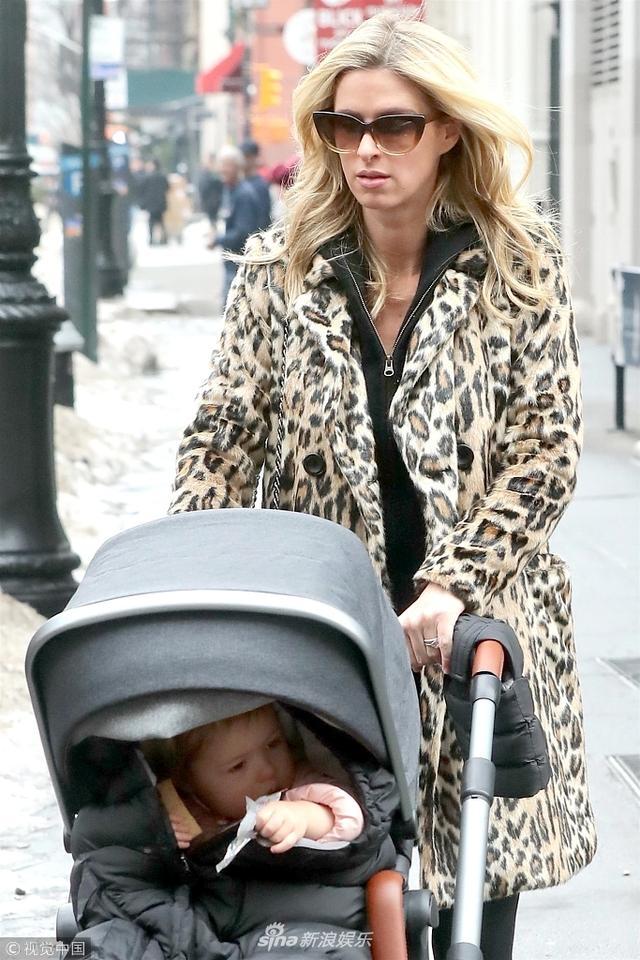 新浪娱乐讯 当地时间2018年1月11月,纽约,怀孕的妮基·希尔顿( Nicky Hilton)出街遛娃。希尔顿二小姐怀二胎身材仍然苗条,小萌娃包裹严实表情呆萌。(图文:视觉中国)