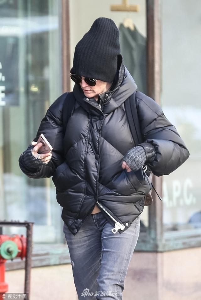 新浪娱乐讯  当地时间2018年1月10日,美国纽约,影后朱利安·摩尔(Julianne Moore)现身街头。朱利安·摩尔私服简约,高高的黑色帽子成了增高神器,她双手抱胸保暖,边走边玩手机。(图文:视觉中国)