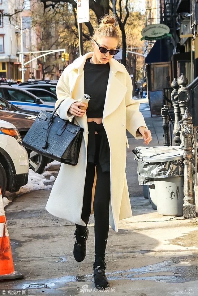 新浪娱乐讯 当地时间2018年1月10日,美国纽约,吉吉·哈迪德(Gigi Hadid)现身街头。吉吉·哈迪德身穿浅色大衣秀逆天长腿,手拿咖啡,戴着墨镜,十足都市时髦女郎范儿。(图文:视觉中国)