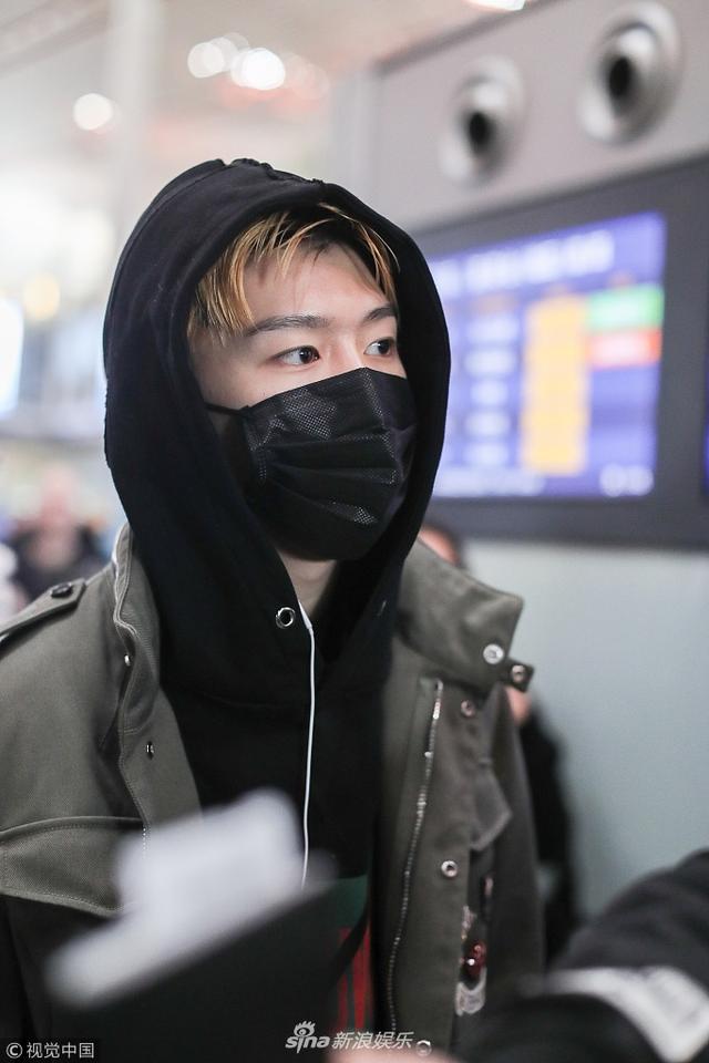 范丞丞清晨现身机场睡眼惺忪 工装外套个性十足有品位