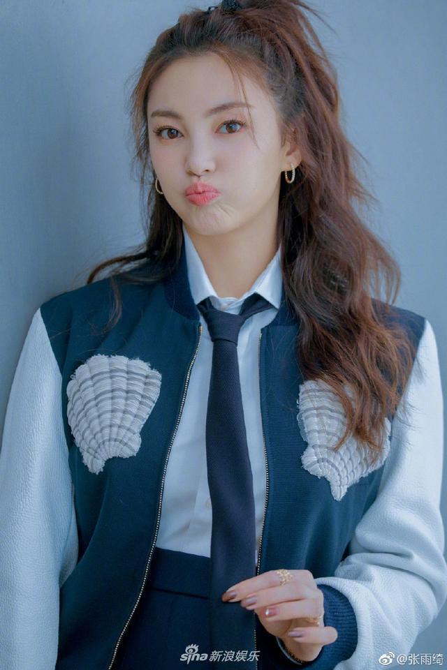 新浪娱乐讯 3月15日,张雨绮在微博分享了一组写真照。她身穿制服感学院风格套装搭配贝壳装饰夹克,扑面而来的海洋清新感,迷人且活泼,引爆魅力值。