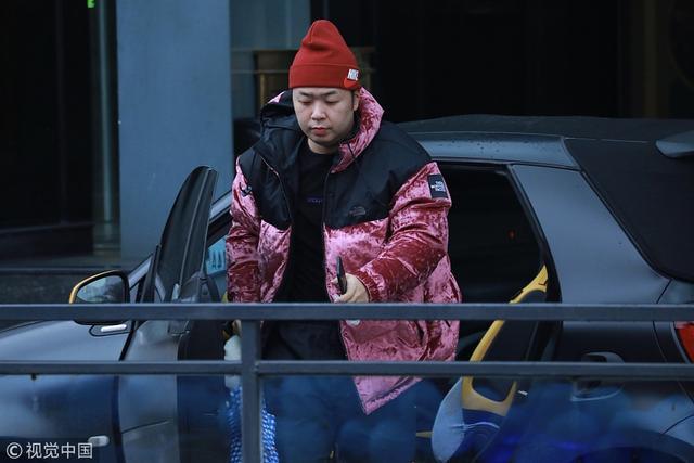 新浪娱乐讯 2018年12月4日,长沙,杜海涛、吴昕现身湖南广电准备录制《快乐大本营》。杜海涛身穿红色羽绒服戴着小红帽保暖工作做的很好,拎着碎花手袋造型土味十足。 图/视觉中国