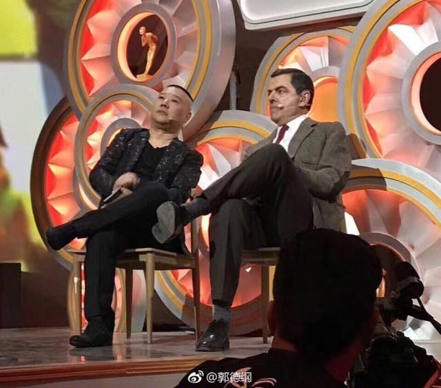 新浪娱乐讯 《欢乐喜剧人》录制请来了憨豆做嘉宾,作为粉丝的郭德纲晒出了两人的同框照,并表示录了一晚上很开心。
