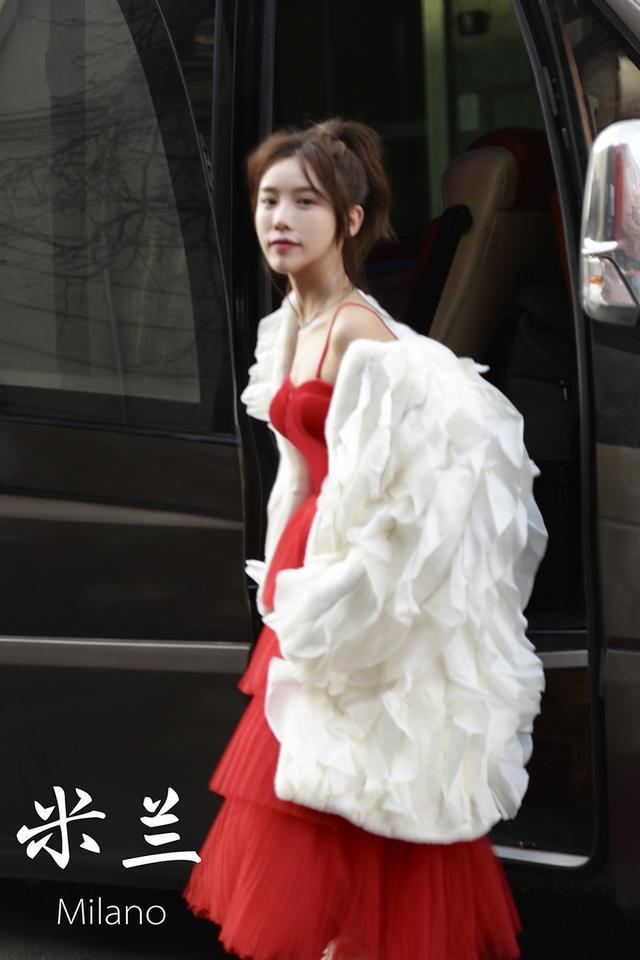 施予斐应邀出席米兰时装周 红白玫瑰风着装大放异彩