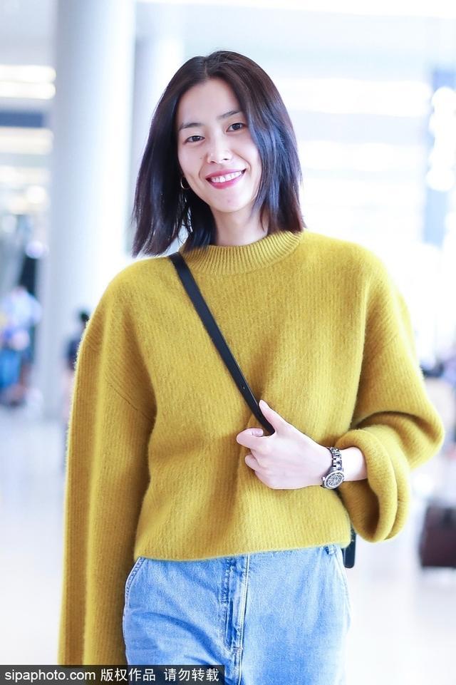 新浪娱乐讯 10月11日,刘雯现身上海机场。照片中刘雯身穿姜黄色针织衫,搭配阔腿牛仔裤,整体造型简单大方,面对镜头笑容灿烂,让人感受到温暖。(图/SipaChina)