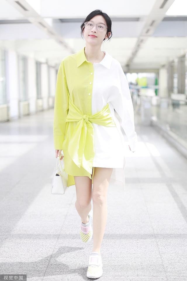 张俪穿黄白撞色衬衫露长腿