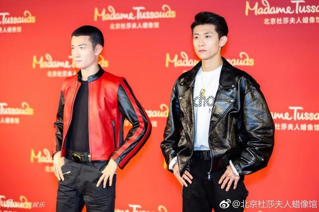 """新浪娱乐讯 4月15日,张一山亮相北京杜莎夫人蜡像馆为自己的蜡像揭幕,身穿黑色皮衣的他和身穿红色皮衣的蜡像""""兄弟""""站一块,超高相似度难辨真假。"""