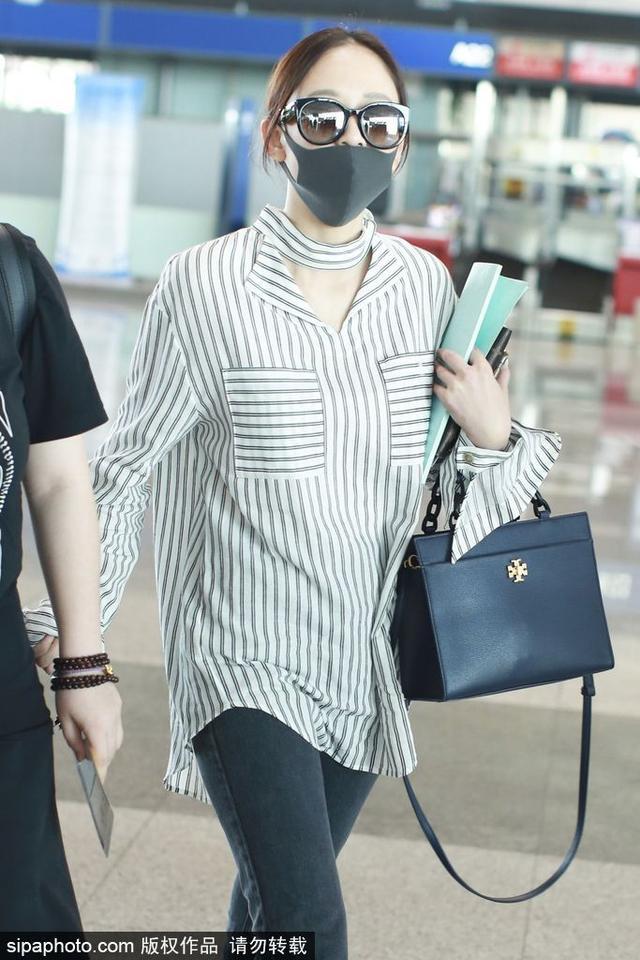 新浪娱乐讯 6月14日,陈乔恩现身北京机场。陈乔恩穿宽松衬衫遮大肚似发福,翘兰花指挥手暖笑,机场赶路不忘看剧本,敬业满分。