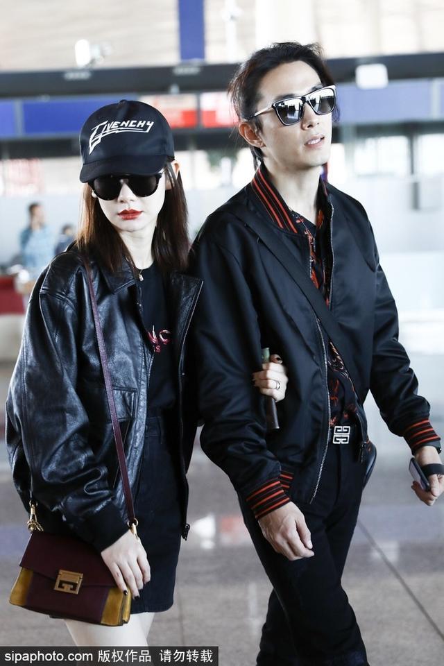 新浪娱乐讯 10月11日,戚薇李承铉夫妇全黑LOOK登对亮相,两人亲密挽手,羡煞旁人。(图/SipaChina)