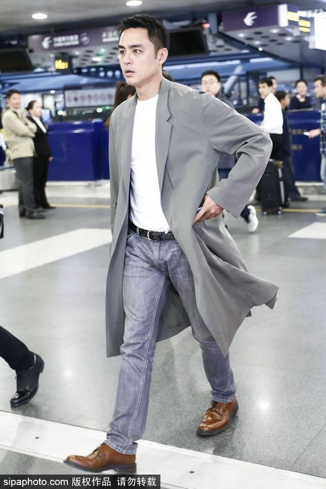 新浪娱乐讯 10月12日,明道现身北京机场。照片中他身穿灰色中长款外衣,玉树临风温文尔雅,走路带风充满活力。(图/SipaChina)