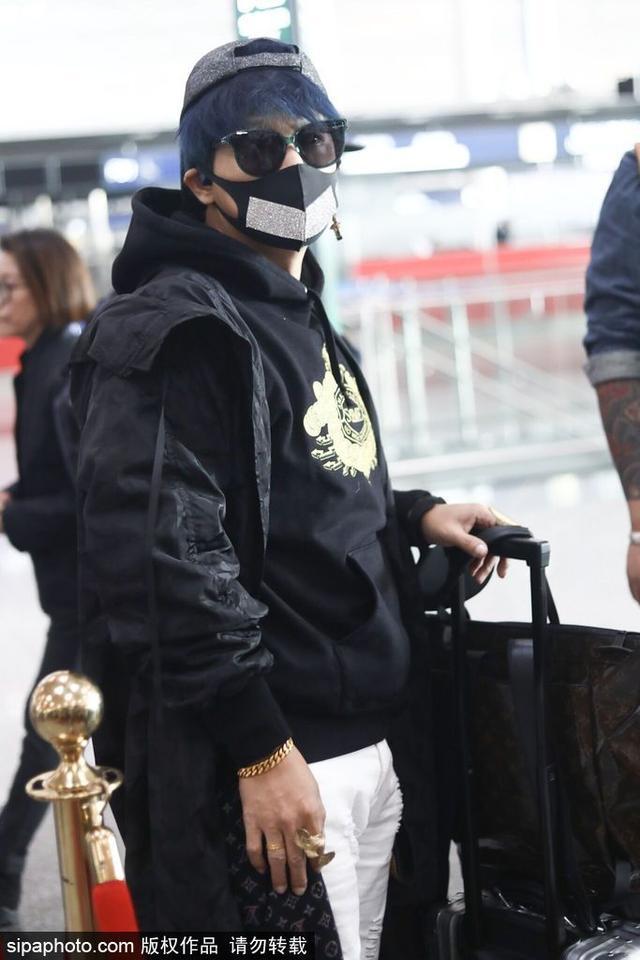 新浪娱乐讯 10月12日,陈志朋身穿大衣配短裤洛杉矶穿法现身北京机场,一头蓝发,口罩遮面,缩脖子略显尴尬。(图/SipaChina)