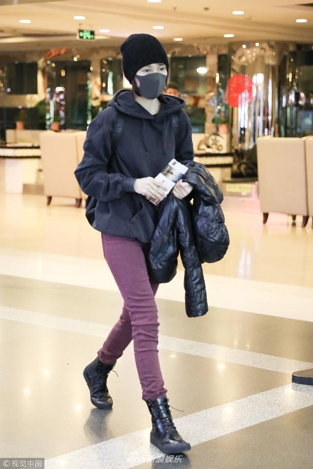 新浪娱乐讯 2月10日,袁泉现身北京机场,春节假期最后一天独自出行不知是不是等不及开工啦,她身穿黑色卫衣搭配粉色长裤,美腿细长身材杠杠的!(图文\视觉中国)