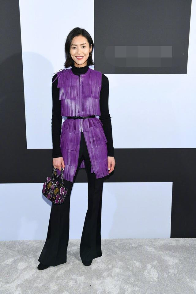新浪娱乐讯 美国纽约当地时间2月9日,刘雯亮相2019秋冬时装周,她身穿紫色流苏马甲搭配黑色裤装,干练有范。