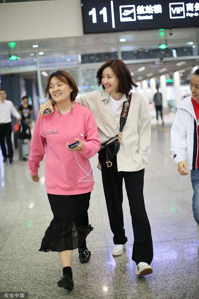 王丽坤素颜现身机场