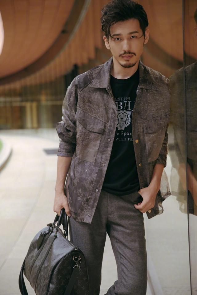 新浪娱乐讯 7月12日,白宇的时尚街拍曝光。留起胡茬的他看上去非常成熟,简约沉稳又随性不羁。