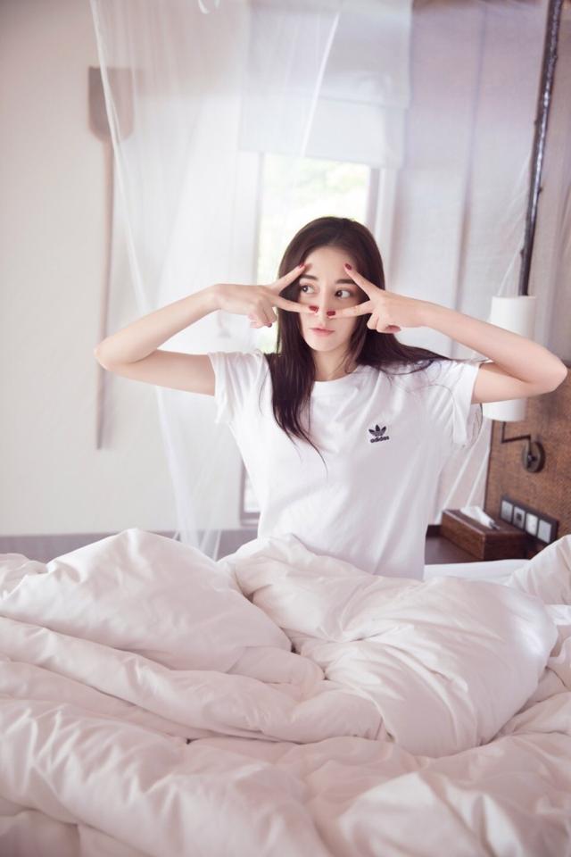 """新浪娱乐讯 8月10日,迪丽热巴工作室曝光了一组热巴的起床照。热巴上演赖床""""大作战"""",抱着枕头嘟嘴卖萌,画风清新可爱。"""