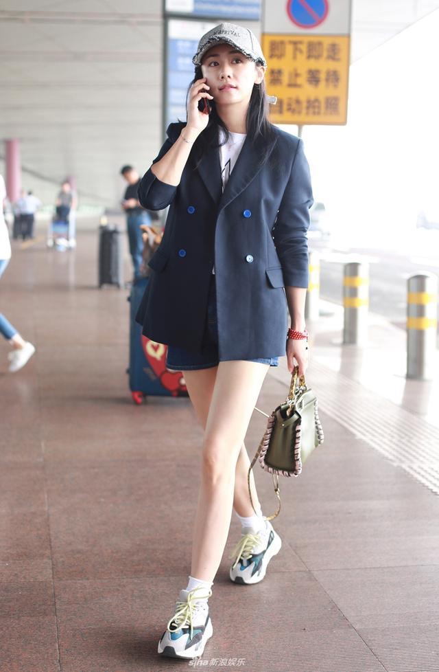 新浪娱乐讯 2018年5月16日,刘芸素颜抵达机场,她时髦混搭帅气西装外套和运动短袜,少女感十足。牛仔短裤更是尽显细长美腿。