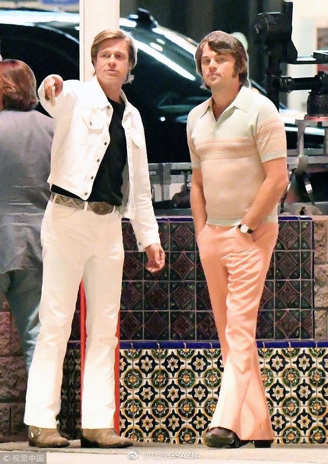 新浪娱乐讯 10月12日,莱昂纳多与布拉德·皮特新戏片场照片曝光。照片中布拉德·皮特穿一身浅色牛仔装扮嫩,而小李子莱昂纳多戴着假发扮呆萌少年,胸肌抢镜。